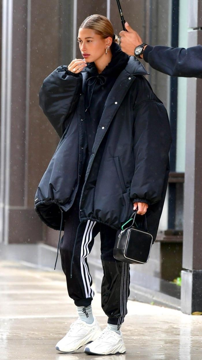 tenue célébrité mode hiver femme look casual urbain style pantalon streetwear noir bandes blanches