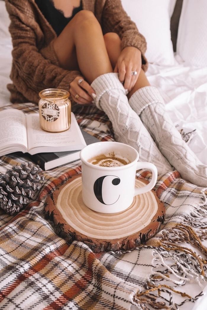 tenue cocooning femme chaussette crochet blanc hiver vêtements cosy gilet oversize marron débardeur dentelle