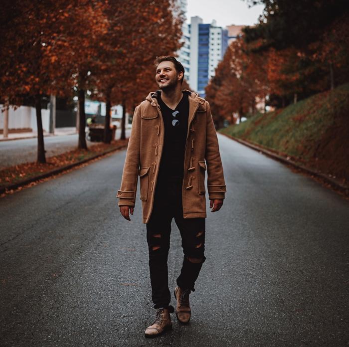 tenue d hiver tendance mode homme 2020 manteau duffel coat couleurs marron jeans troues noirs manteau homme