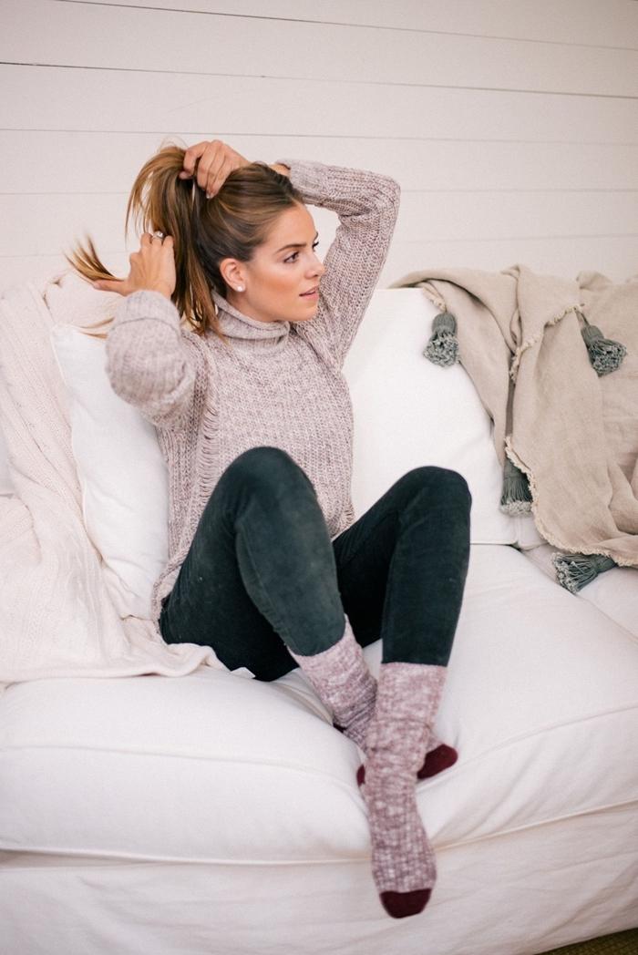 tenue d intérieur chaussette chaude hiver bordeaux jeans foncés pull over gris plaid beige pompons