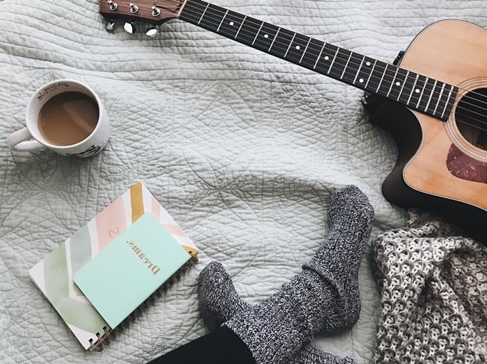 tenue d intérieur chaussette crochet gris accessoire mode vêtements cosy maison déco chambre cocooning