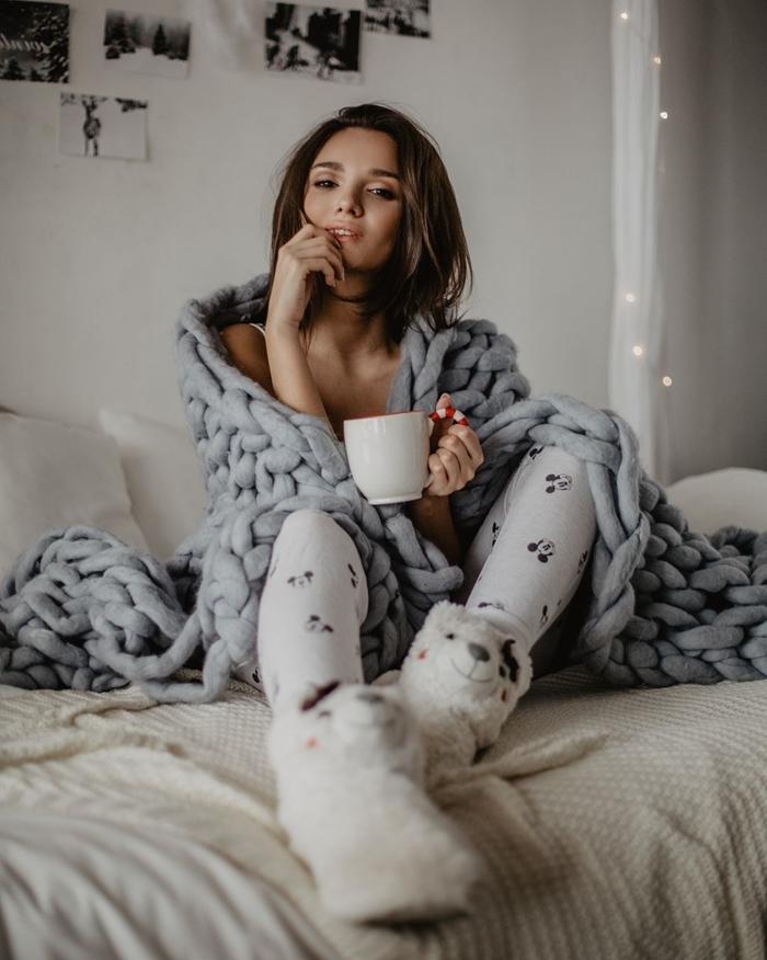 tenue d intérieur femme chaussette lama fausse fourrure blanche plaid grosse maille gris tasse café blanc