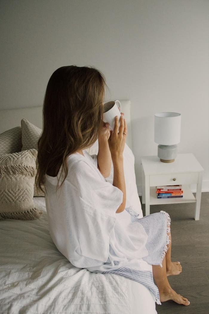 tenue d intérieur femme hiver décoration chambre blanche style boho scandinave coussin franges robe blanche