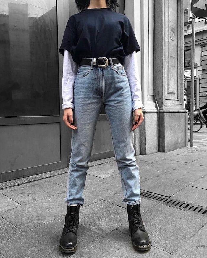 tenue décontractée femme avec un jean de mmaman et grande ceinture combiné avec des bottes et un t shirt noir
