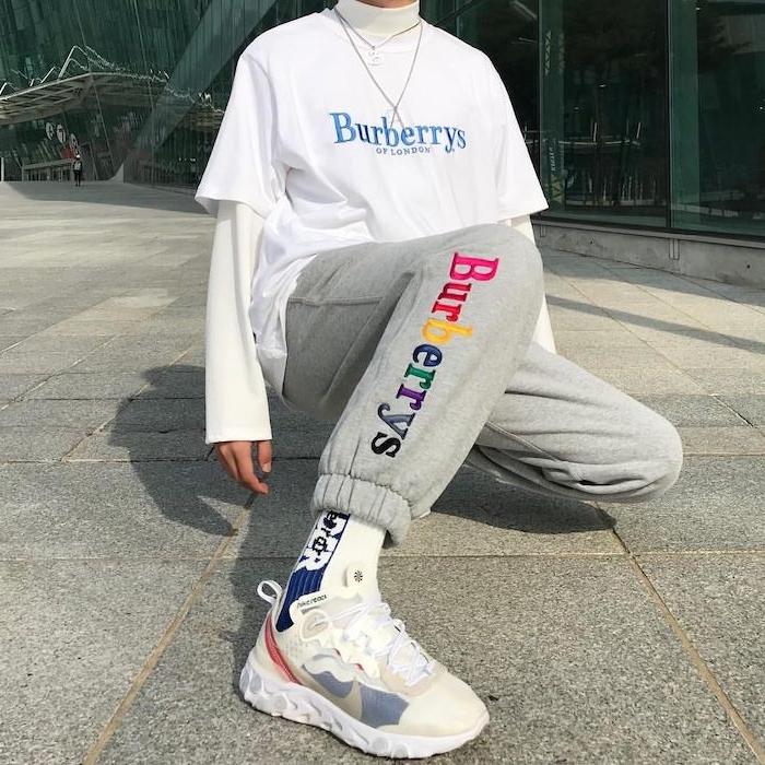 tenue de sport femme tendance de la fin des années 90 avec des backets blanc