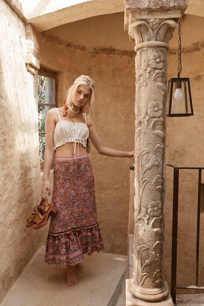 tenue esthétique boho chic un femme en jupe florale et un top courte blanc