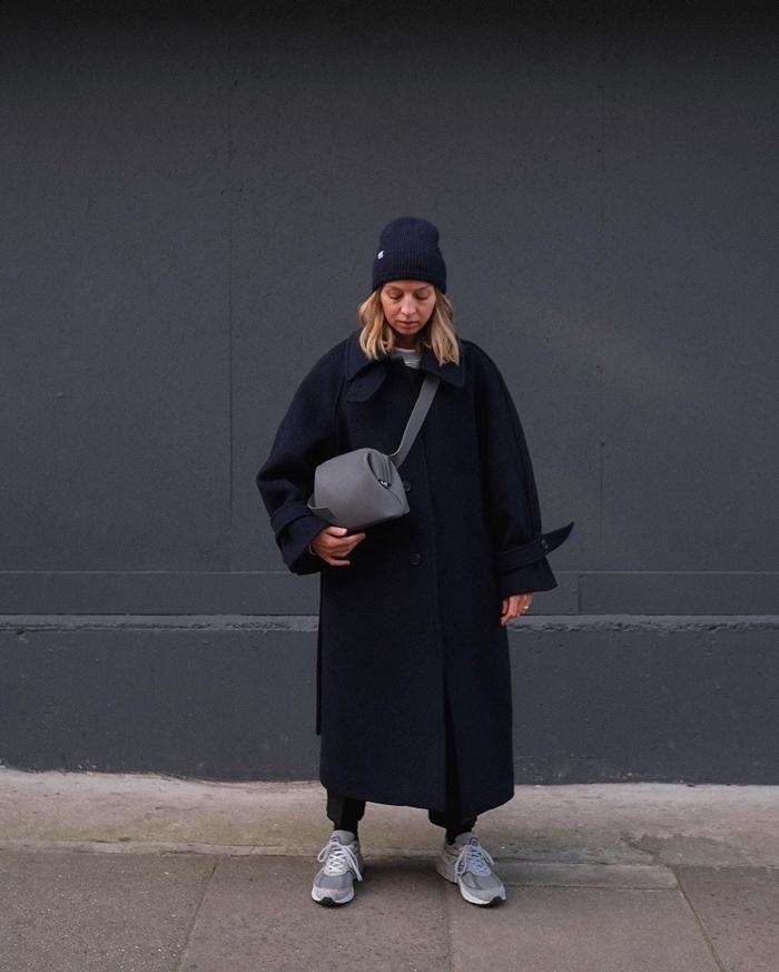 tenue femme hiver accessoire bonnet noir look total noir manteau long oversize baskets grises