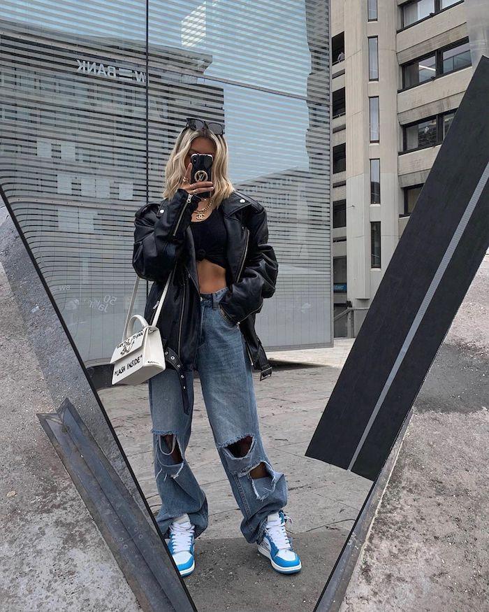 tenue hiver femme en style des années 90 jean dechire et veste en cuir