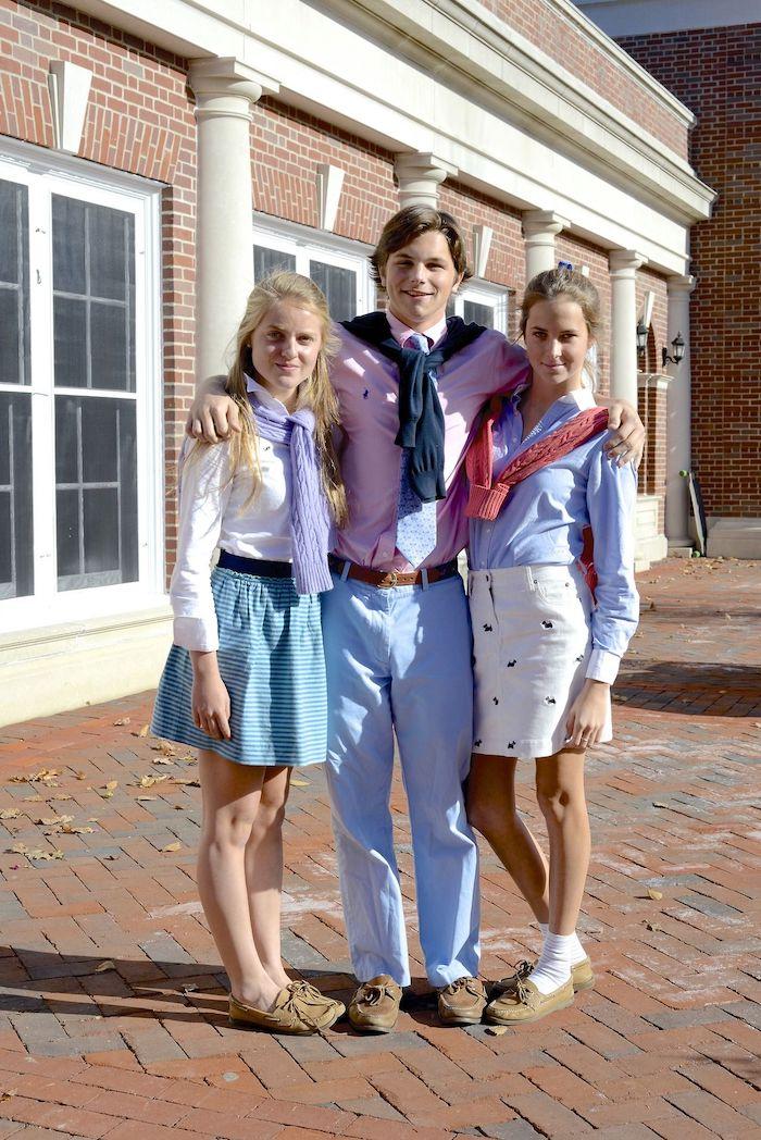 tenue stylée femme style preppy deux filles en jupes et un garcon portent des chemises et des pull polo