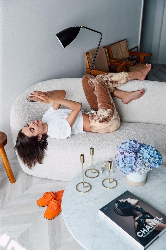 top crop blanc comfy vêtements pantalon d intérieur femme marron canapé blanc lampe noire déco salon tenue d'intérieur pour femme