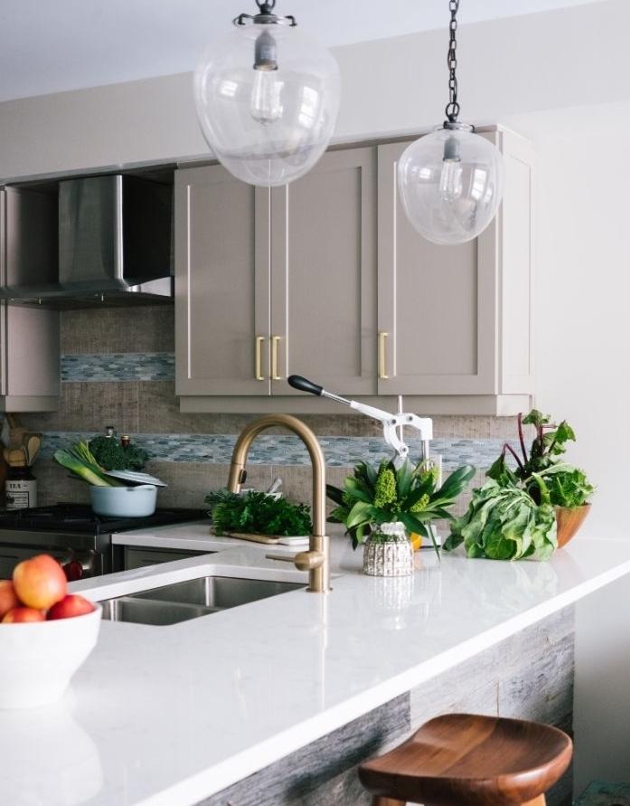 transformer la credence cuisine en veritable atout decoratif idee credence originale dans cuisine gris et blanc contemporaine