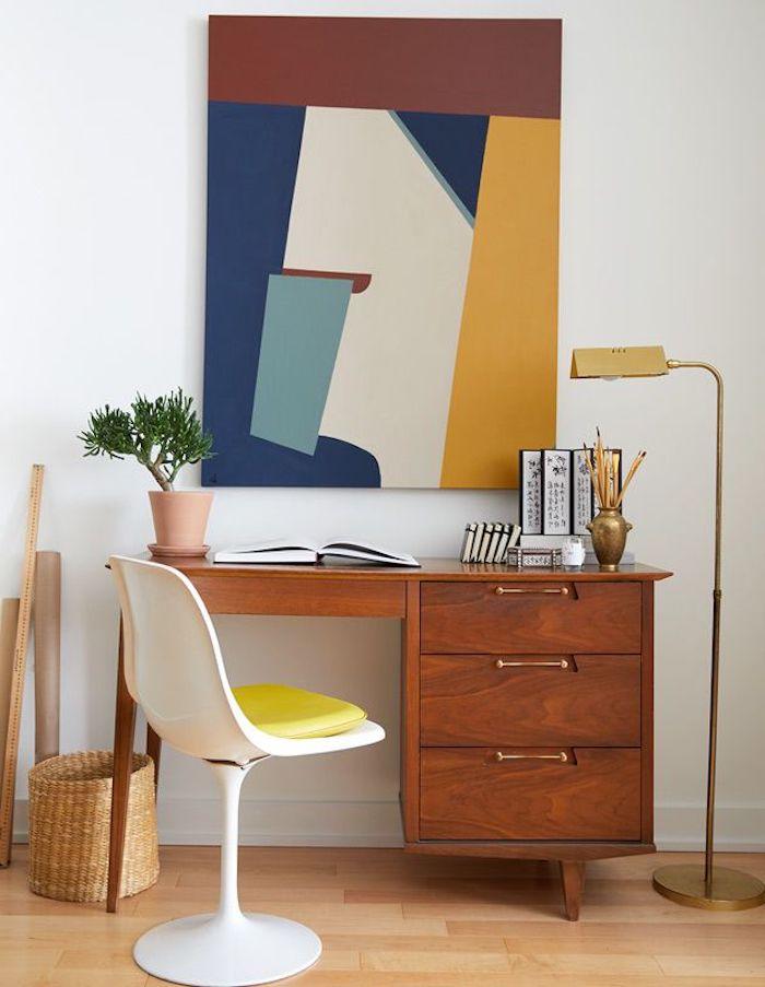 un bureau en bois avec couleur tendance 2021 peinture chaise blan avec une siege jauen