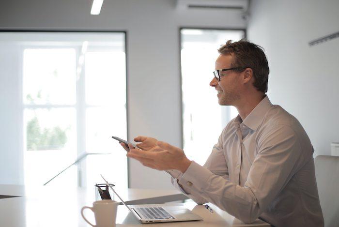 un homme maître d œuvre avec des lunettes et chemise blanche