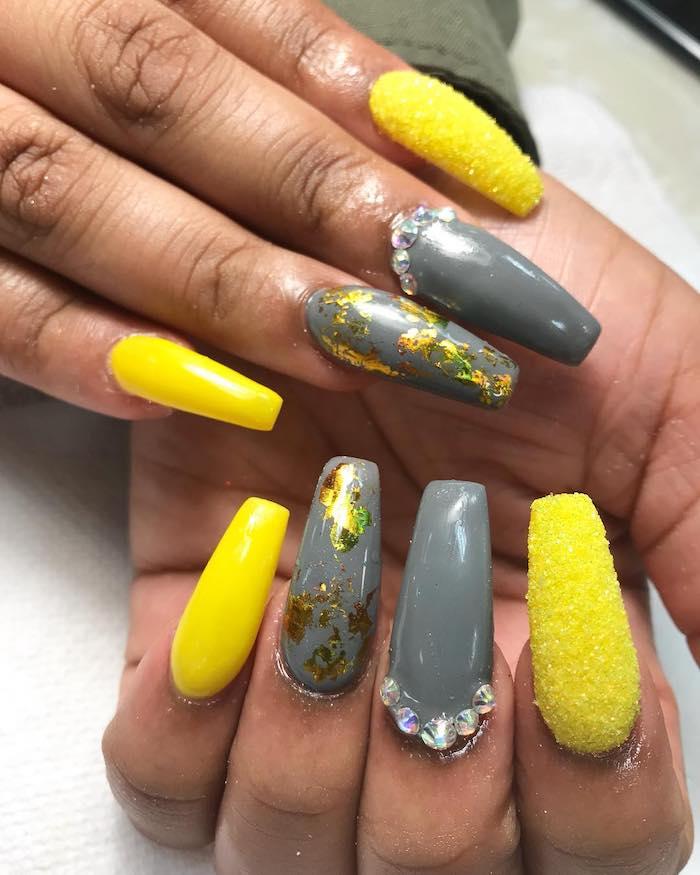 un manucure long en gris et jaune avec des decorations tendance des couleurs 2021