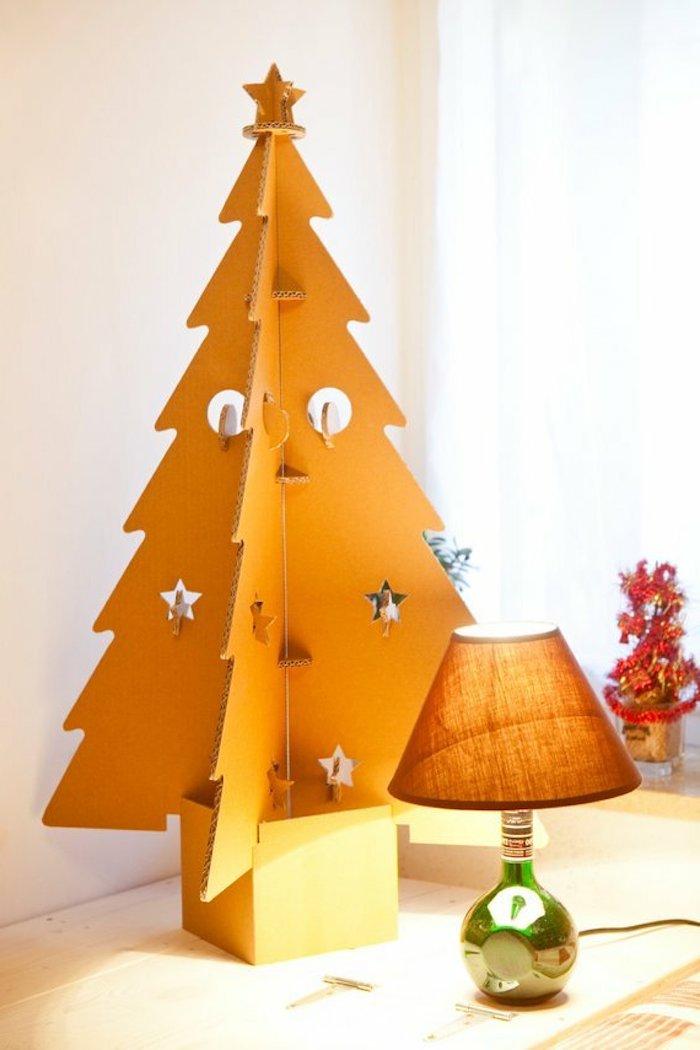 un sapin en carton orange a cote d une lampe deco a fabriquer chez soi