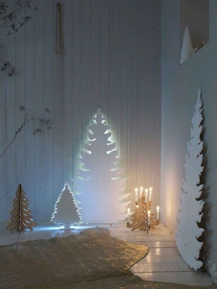 une idée de décoration minimaliste avec trois sapins blancs en carton illumines