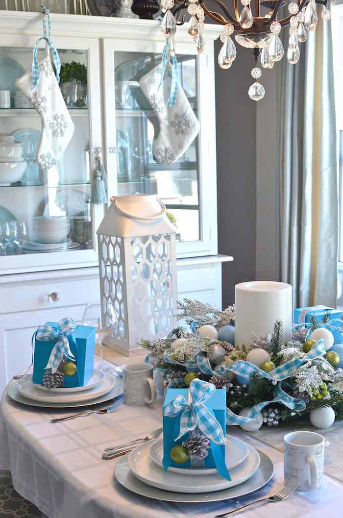 une idee de decoration originale de table de noel en bleu et argentine idee avec des petits cadeaux dans les assiettes