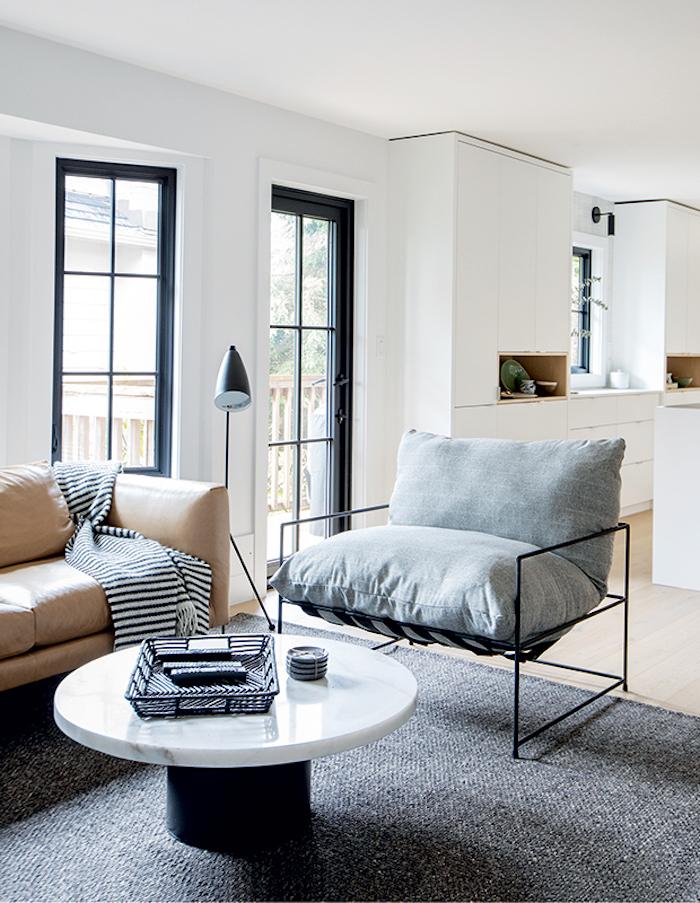 une salle de sejour canape en cuir beige et table basse de marbre tendance deco 2021