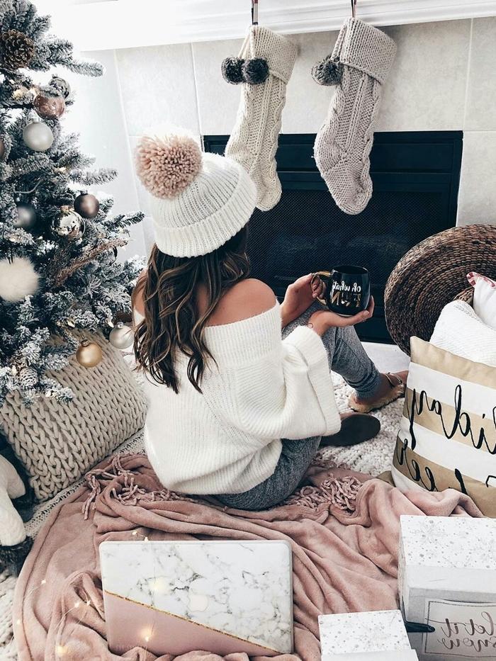 vêtements confortable maison hiver pantalon gris clair pull manches blanc tenue d intérieur femme chic