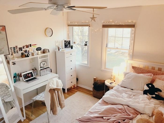 ventilateur de plafond guirlande lumineuse fenêtre stores chambre ado fille 14 ans coussins décoratifs bureau