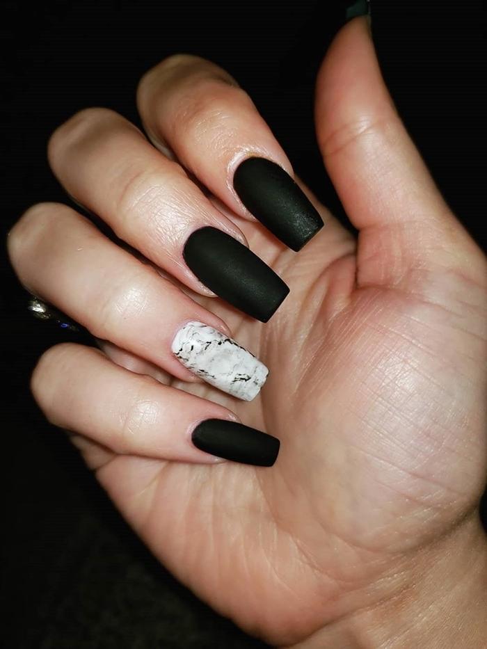 vernis a ongle noir nail art marbre facile à faire chez soi vernis à ongles sombres finition mate