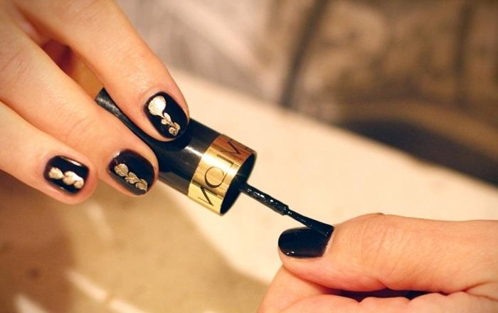vernis a ongle noir technique application gel manucure maison vernis à ongles noirs dessin vernis or