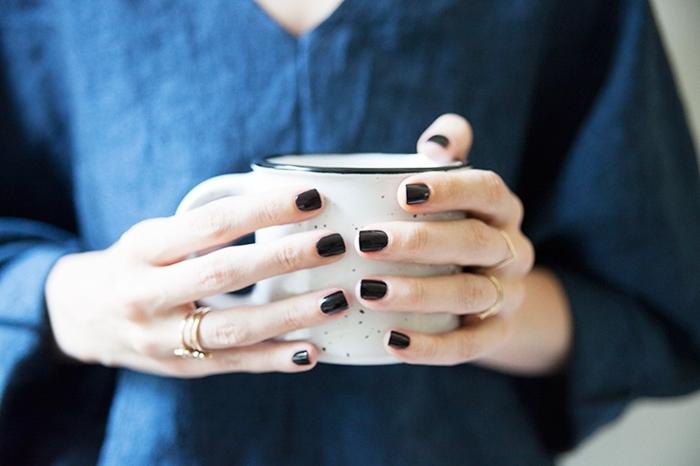 vernis noir muf café minimaliste tendance manucure femme 2020 vernis foncée nuance noire brillante