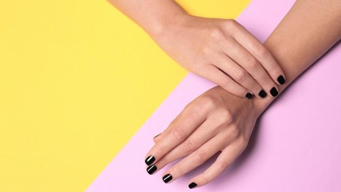 vernis noir technique manucure maison astuces ongles en gel couleur de base foncée ongles noirs