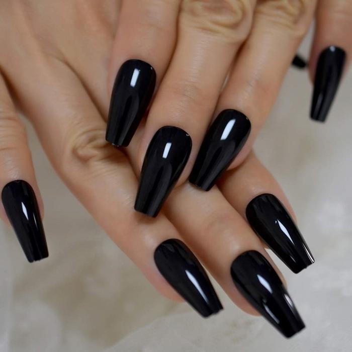 vernis ongles tendance couleurs sombres hiver manucure noir brillant gel finition ongles longs