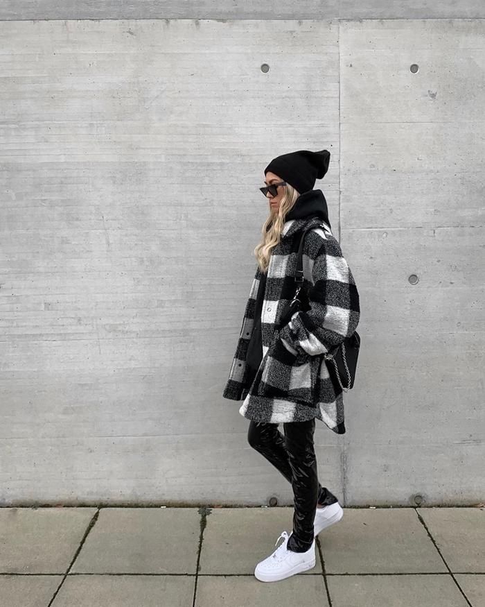 veste streetwear carreaux blanc gris et noir pantalon slim cuir noir baskets blanches femme bonnet noir
