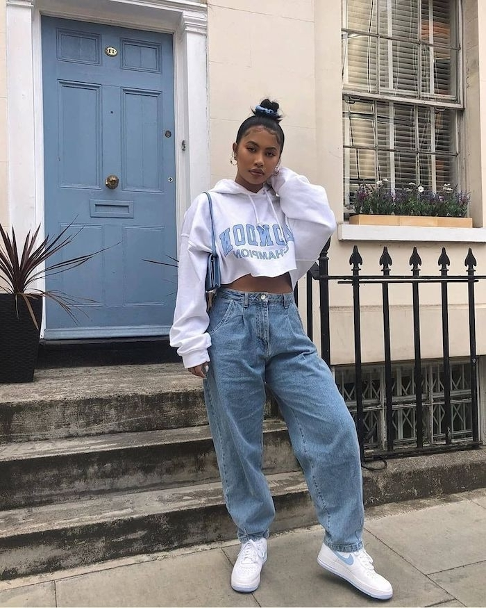 vetement ado fille swag avec un jean decontracté et un pull court avec des backets blancs