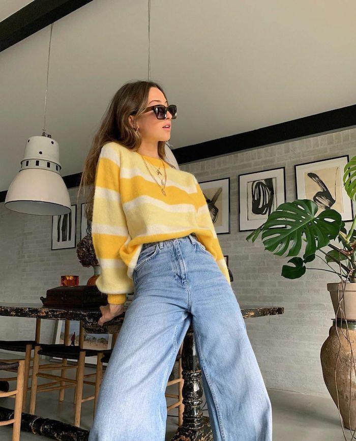 vetement ado fille swag un jean a cloche et un pull en jaune avec des nombreux colliers