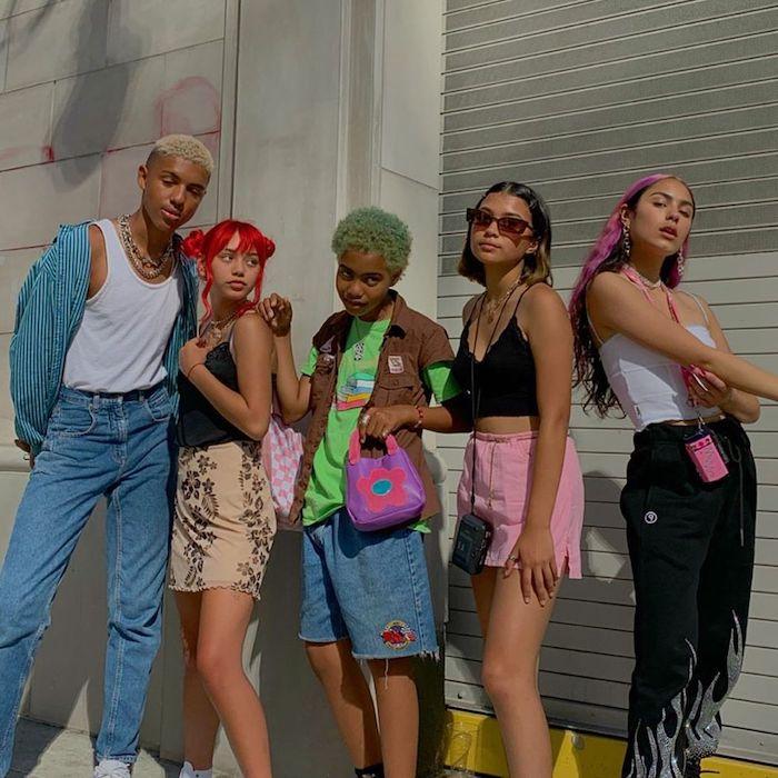 vetement aesthetic des adolescents vetus en jean avec des coiffures tintes et des accessoires multicolores