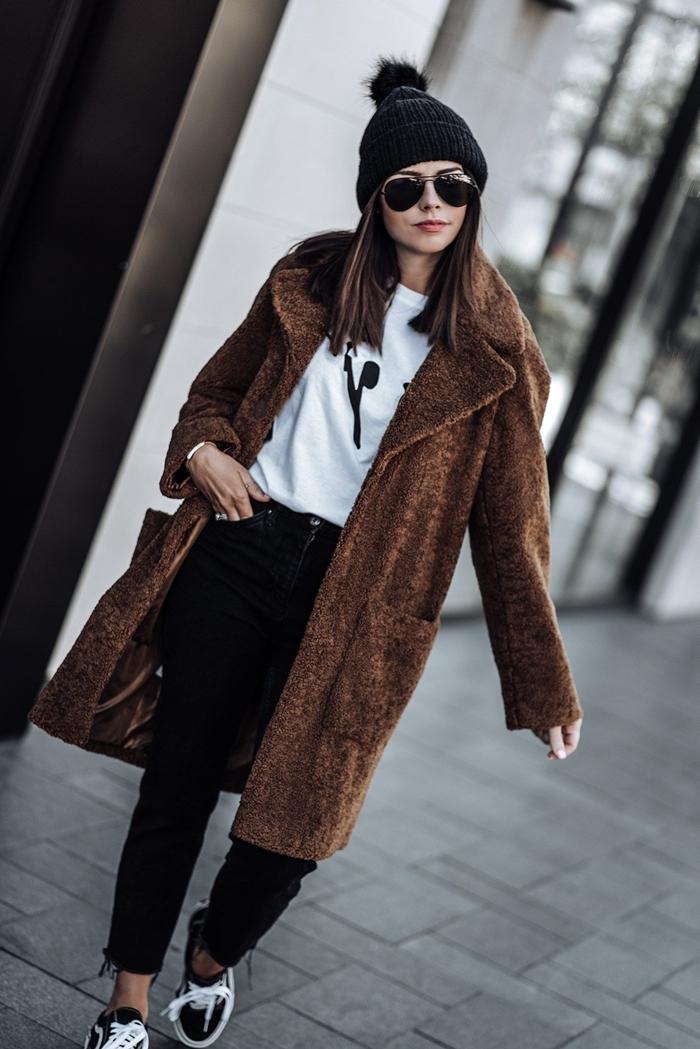 vetement streetwear bonnet pompon noir style casual chic jeans noirs blouse blanche manteau marron