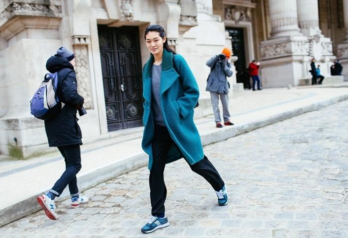 vetement stylé femme pantalon fluide noir pull gris manteau bleu long baskets bleues femme look rue tenue