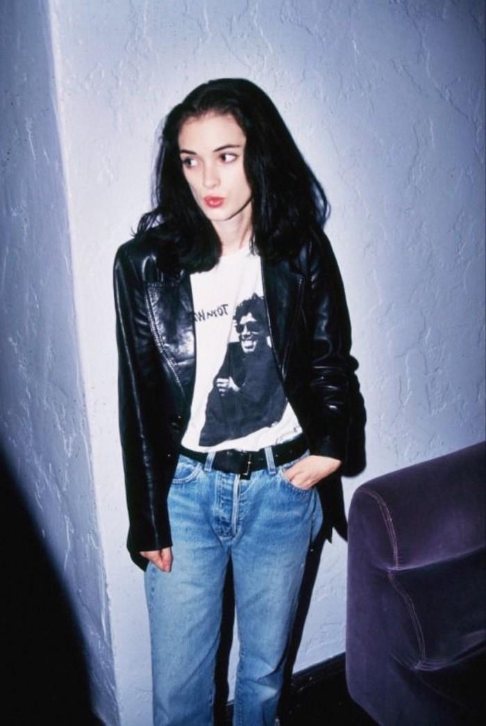 winona rydes vetue en jean bleu top avec imrpimé et veste en cuir style tenue aesthetic années 90
