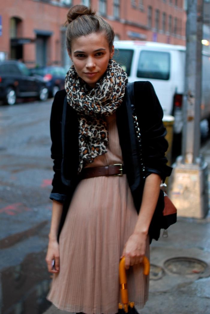 écharpe motif léopard dessin tendance accessoires imprimés animaliers mode femme blazer noir