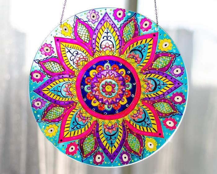 activité manuelle ado pour peindre un cercle verrier avec des peintures acrylliques dessin mandala multicolore