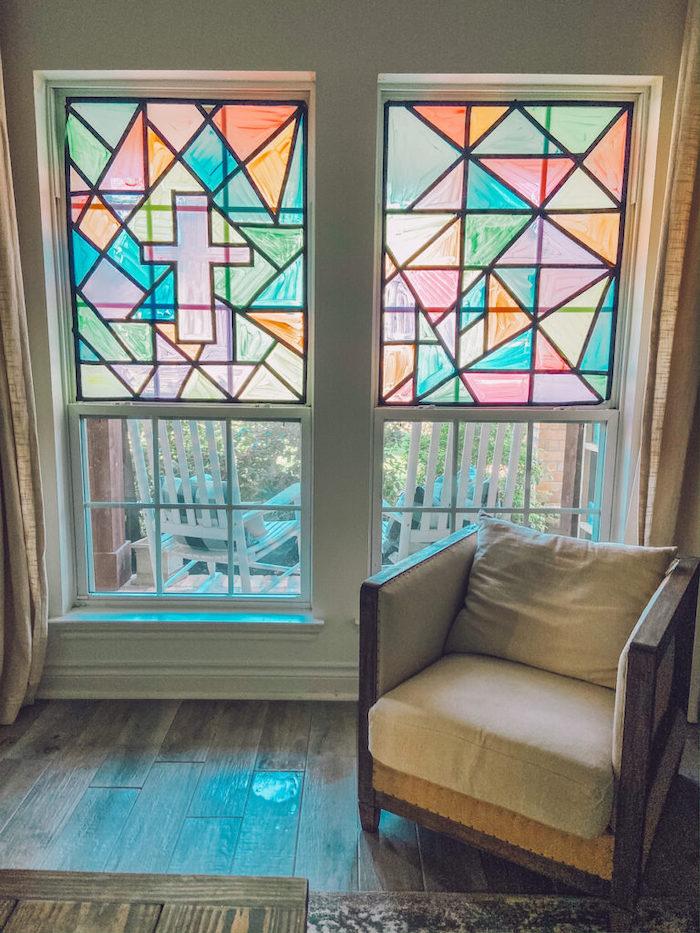 activité manuelle adulte comment peindre la vitre de fenetre un canape beige devant les fenetres
