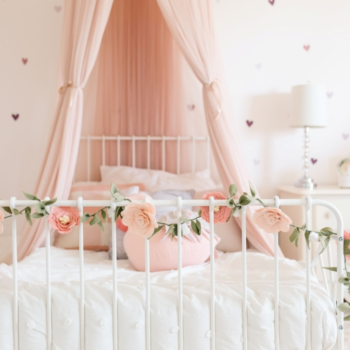 aménagement chambre fille stickers muraux coeurs decoration mur tete de lit cadre de lit blanc