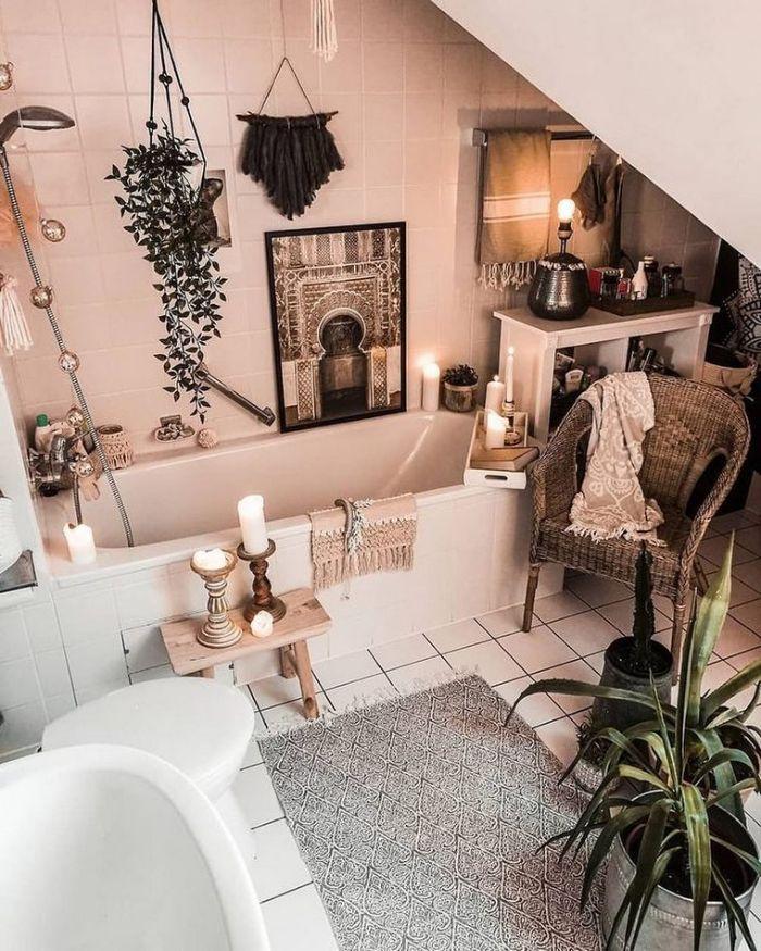 ambiance boheme cocooning dans salle de bain sous comble romantique carrelage blanc baignoire bougies plantes macramé mural