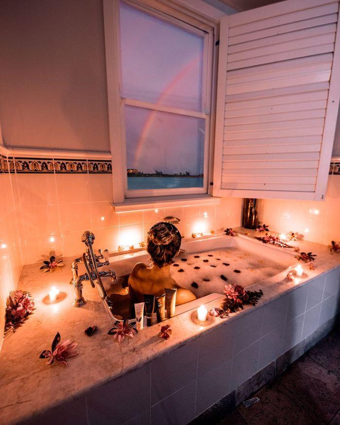 ambiance relaxante deco salle d ebain zen baignoire encastrée et décoré de bougies fleurs et pétales