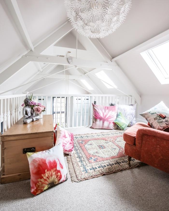 amenagement mezzanine luminaire fleurs blanches coussins motifs floraux tapis franges fauteuil orange