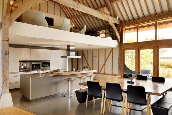 appartement mezzanine bois et blanc décoration cuisine en longueur avec îlot central table bois chaises noires