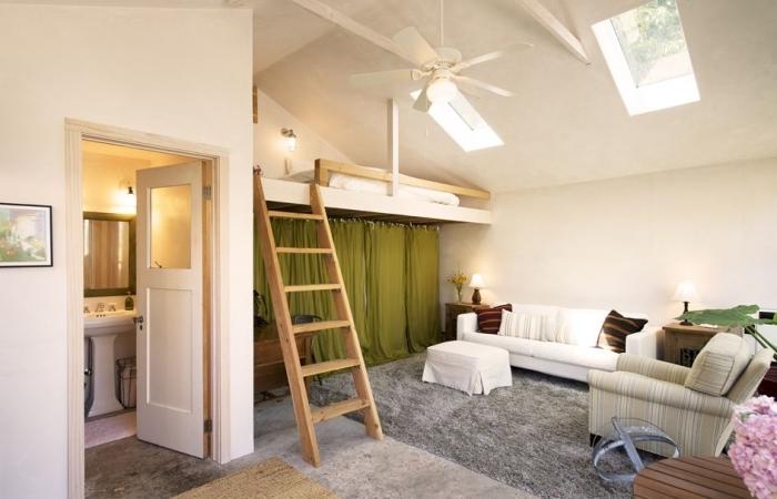 appartement mezzanine intérieur studio lit mezzanine ventilateur de plafond tapis moelleux gris canapé blanc