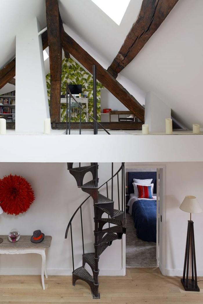 appartement mezzanine poutres apparentes bois brut escalier fer lampe sur pied fenêtre plafond