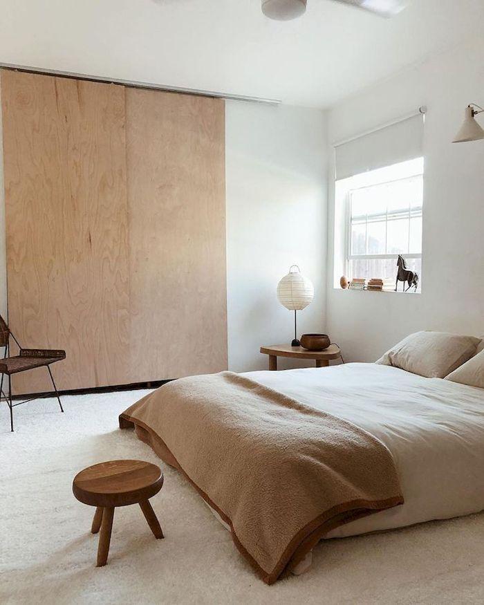 armoire bois porte coulissantes linge d elit beige et blanc dans chambre minimaliste tapis blanc moelleux