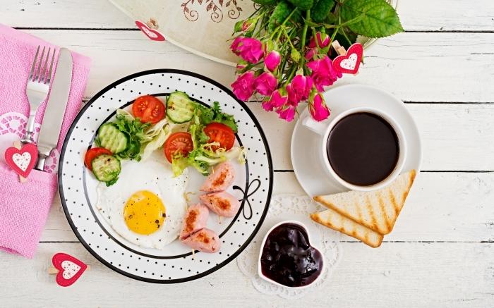 assiette blanc et noir polka dots idee repas saint valentin tasse de café bouquet de roses muffin chocolat