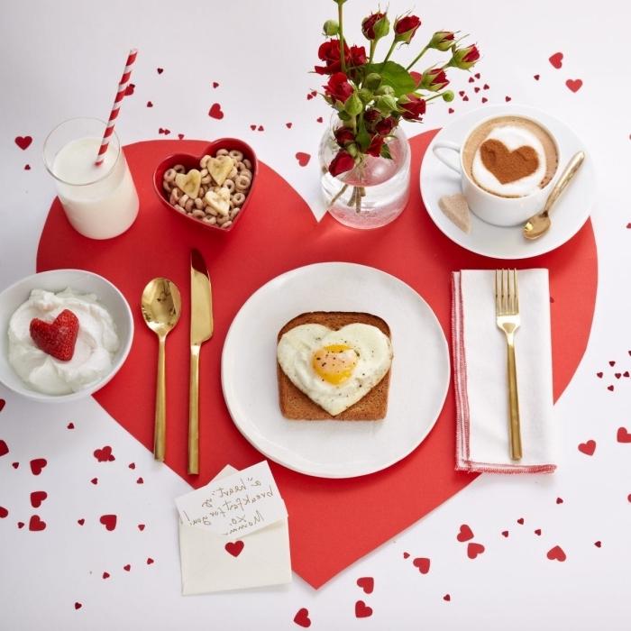 assiette ronde blanche idée repas amoureux vite fait toast pain doré coeur oeuf verre lait roses rouges