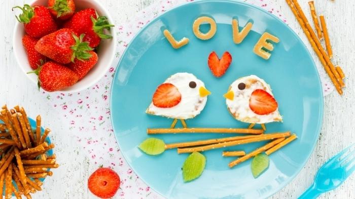 assiette ronde bleu idee repas saint valentin fraises pâte biscuits en forme lettres amour